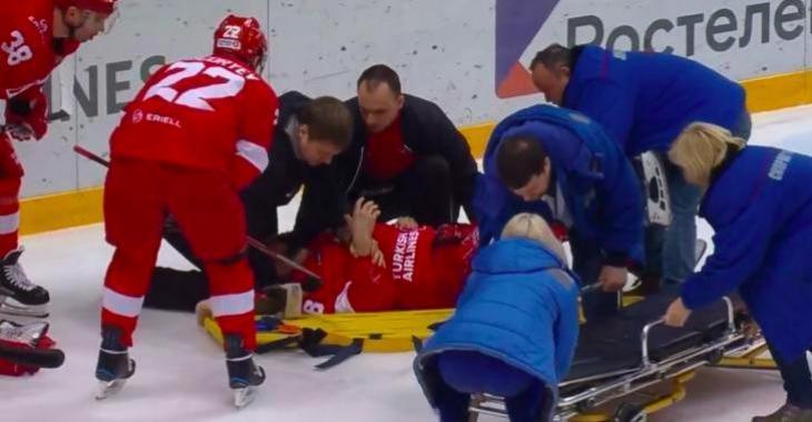 Un ancien joueur de la LNH quitte la glace sur une civière après qu'un gardien l'envoie voler tête première dans la bande