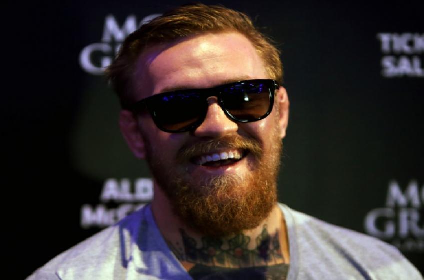 Conor McGregor frappe sournoisement un homme qui refuse de boire son whiskey!