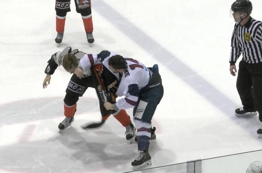 Un joueur australien donne un solide coup de coude lors d'une bagarre