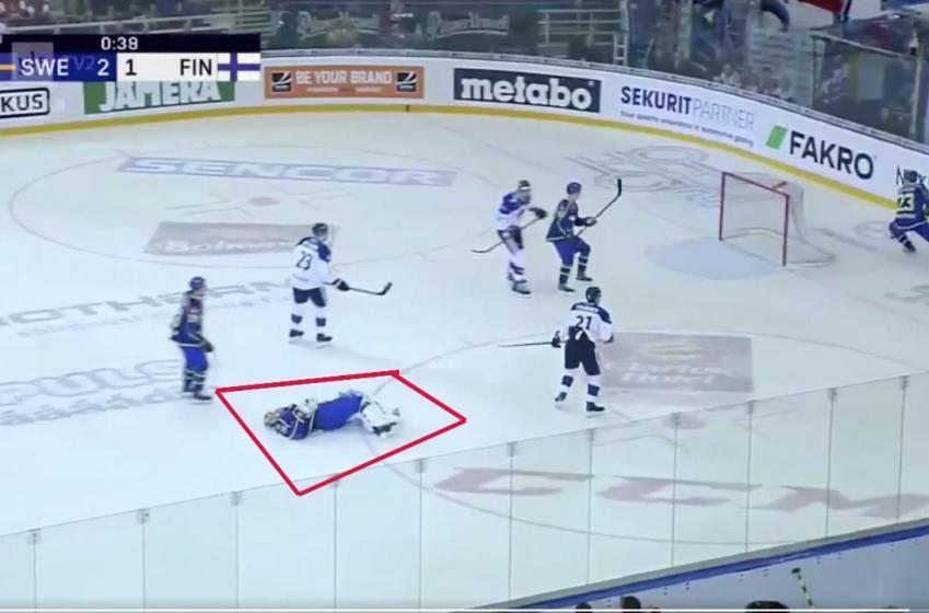 Ce gardien de a LNH reste étendu sur la glace après une violente collision avec l'adversaire