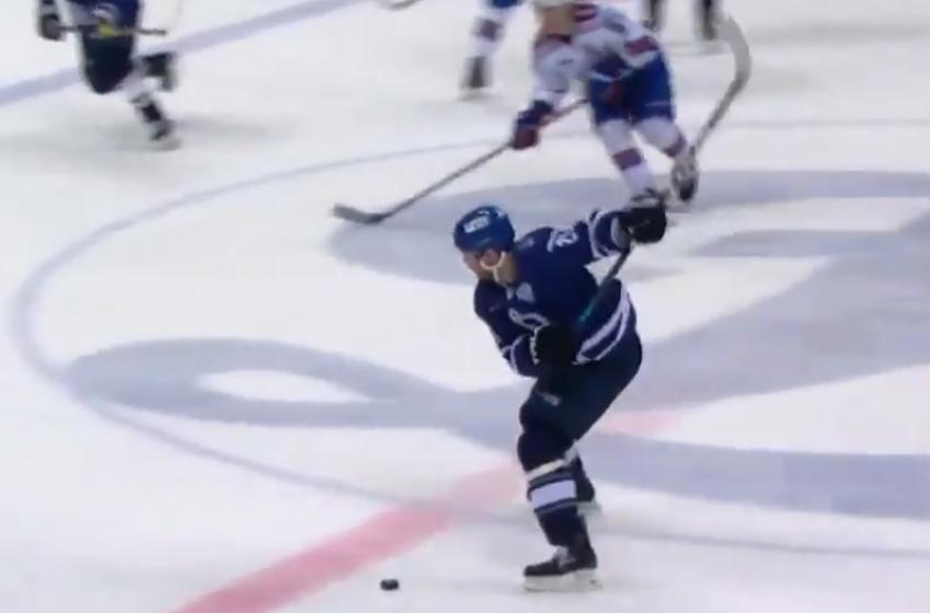 KHL: Un défenseur marque 3 buts du centre de la patinoire!