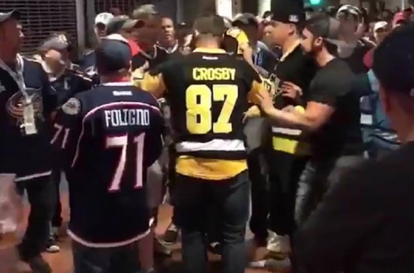 Un partisan des Penguins frappe un fan des Blue Jackets en plein visage.