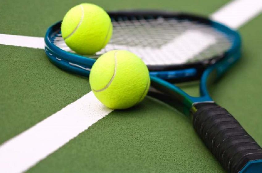 Un spectateur flambant nu s'impose dans un match de tennis!