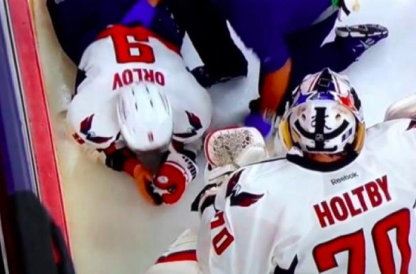 Un fan des Flyers a lancé son bracelet en plein visage de Dmitri Orlov!