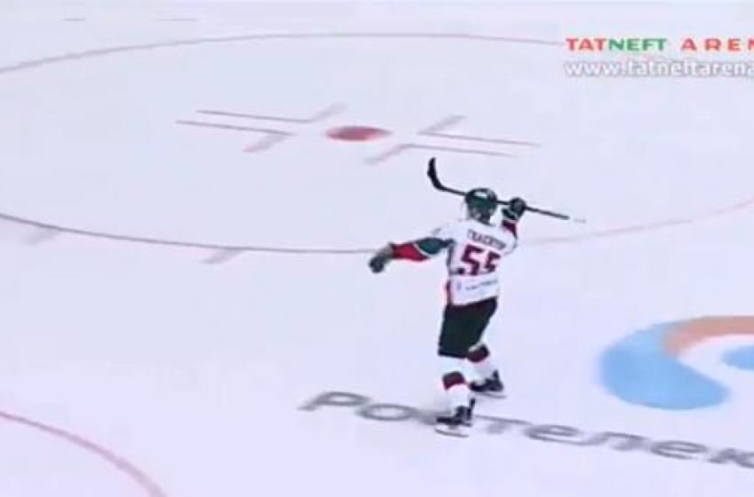 Un joueur de la KHL en met plein la vue!