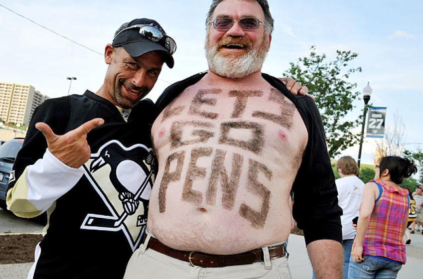 Un fan des Penguins se fait poignarder dans la tête mais refuse l'aide des secours!