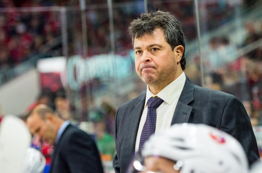 L'entraîneur des Islanders pointe son DG du doigt!