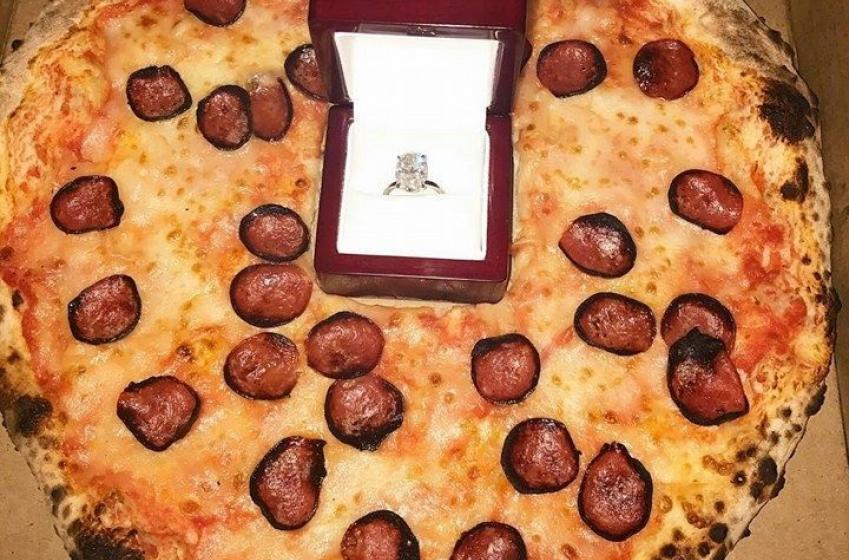 Une superstar de la LNH demande sa blonde en mariage avec une pizza!