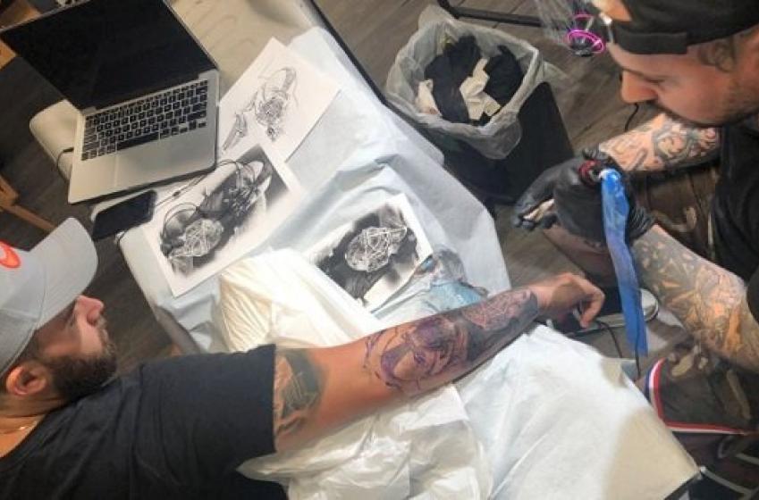 Après avoir perdu un pari, un ami de Jordan Binnington se fait tatouer son visage!
