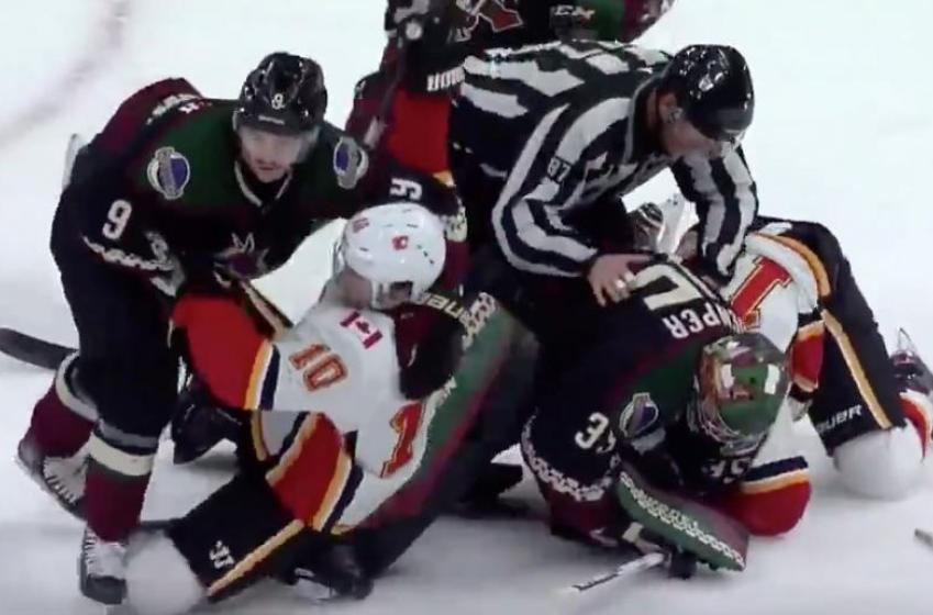 À VOIR | La bagarre générale éclate entre les Flames et les Coyotes et les gardiens s'en mêlent