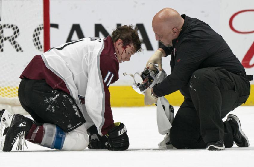 À VOIR | Calvert est étendu sur la glace en sang, mais le jeu continue