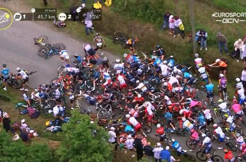 Une spectatrice cause un gros accident au tout début du Tour de France (VIDÉO)