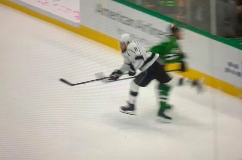 VIDÉO | Drew Doughty escorté de la glace après être entré en collision avec un autre joueur.